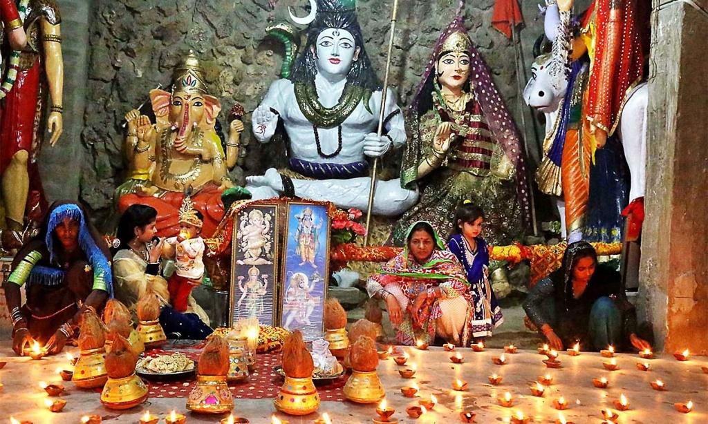 APP54-19 HYDERABAD: October 19 – Hindu ladies performing their religious rituals during Dewali Festival at Durgah Shiva Mandir. APP photo by Akram Ali